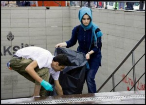 occupy_gezi_solidarity_cleaning_up_at_taksim_metro_station_2013